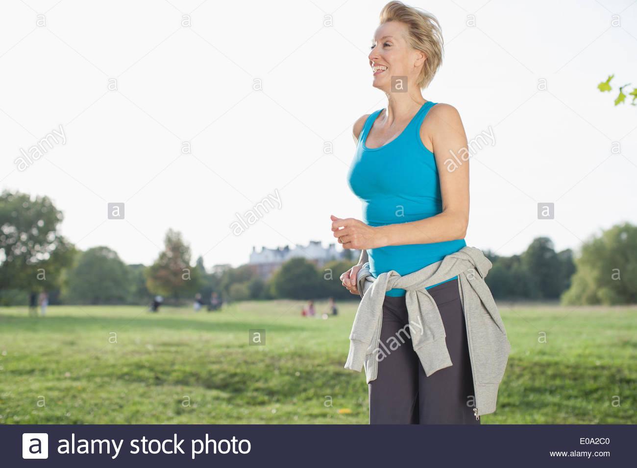 Lächelnde Frau im Park Joggen Stockbild