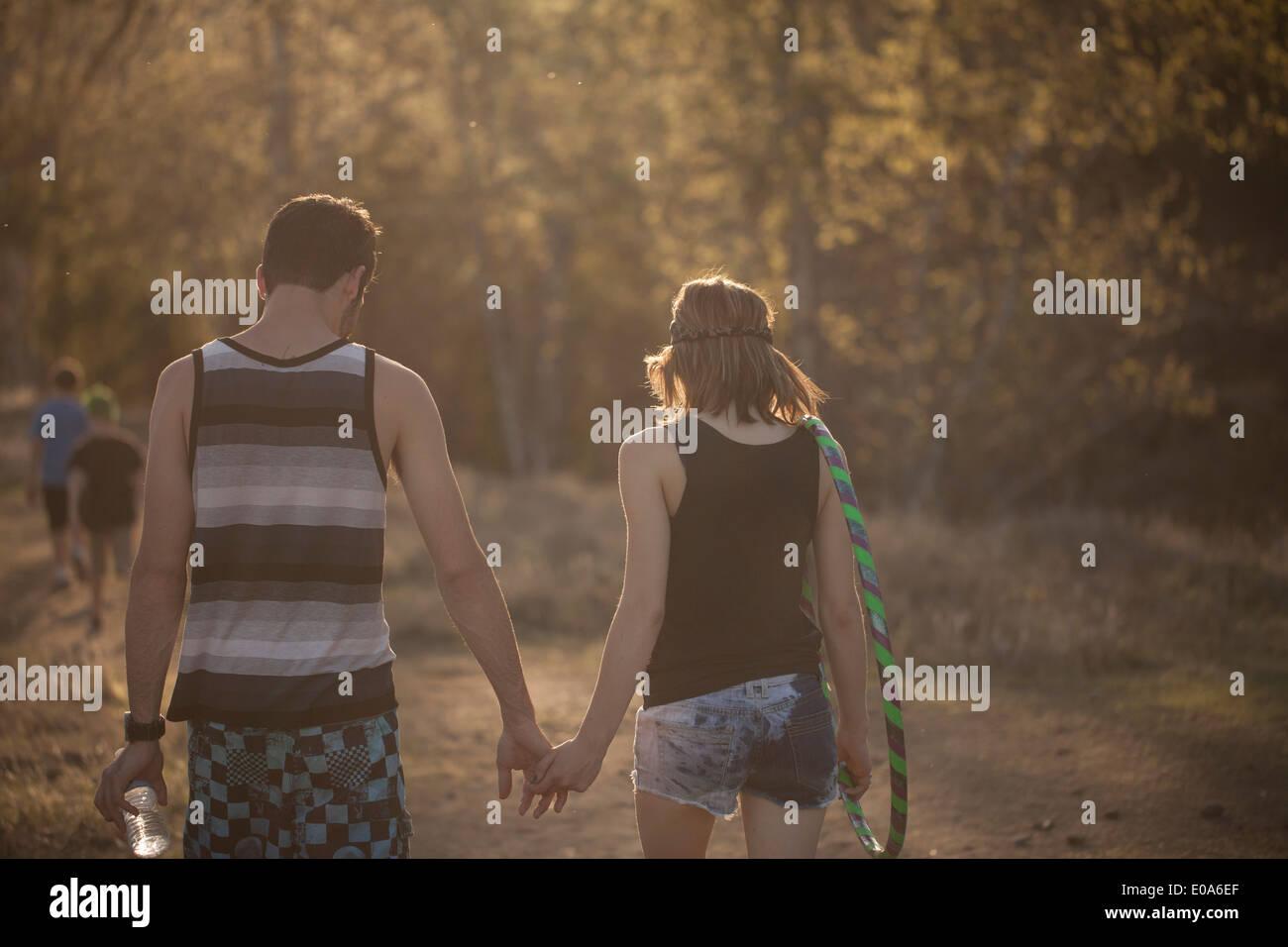Junges Paar im Wald Hand in Hand gehen Stockbild