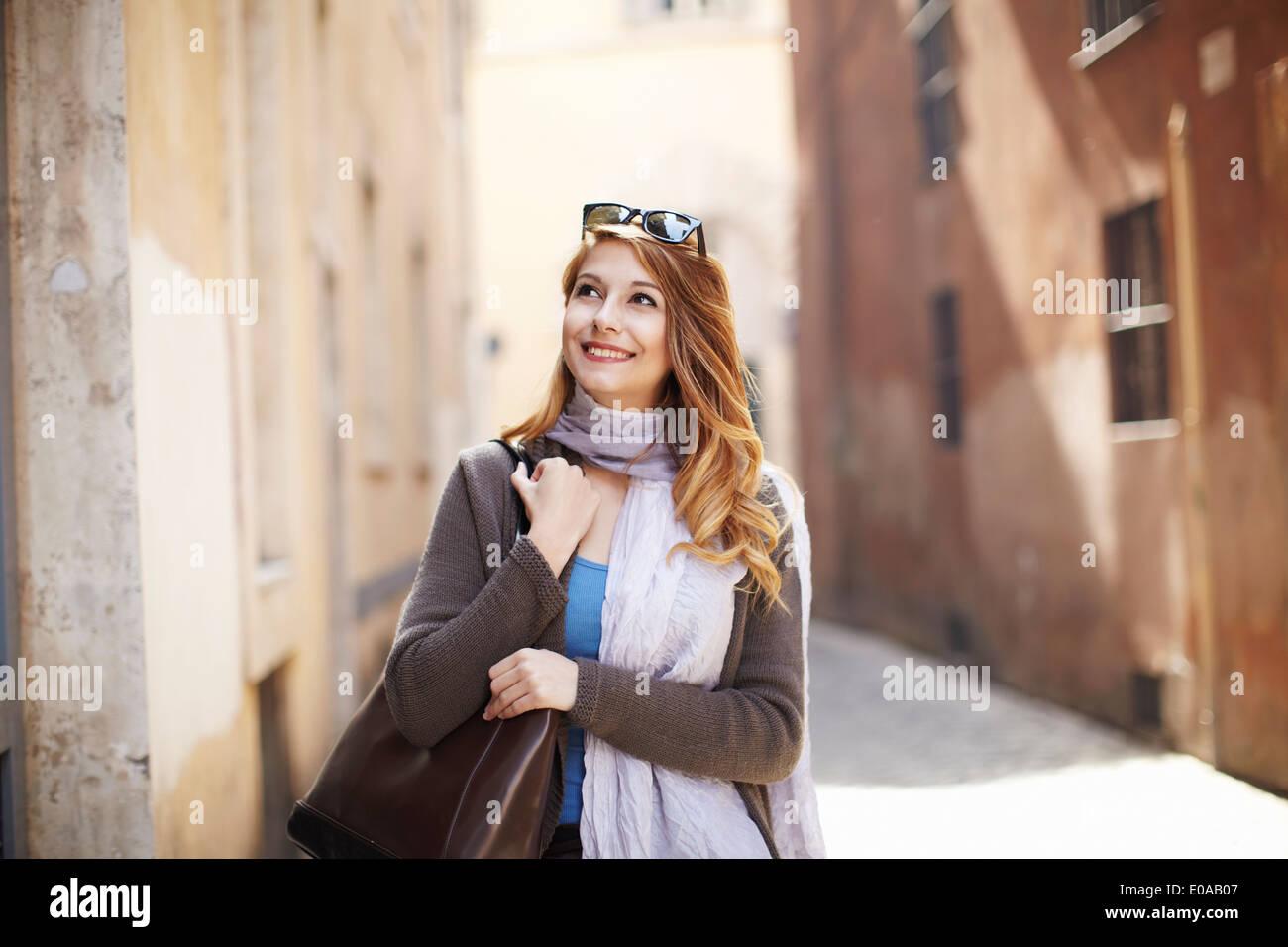 Junge anspruchsvolle Frau erkunden Sie Straßen, Rom, Italien Stockbild