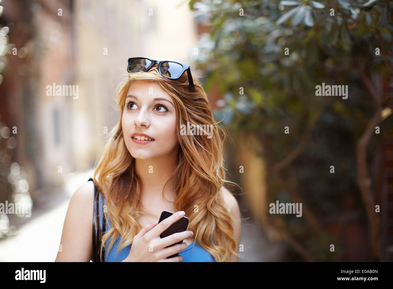 Junge Frau, die Erkundung der malerischen Straße, Rom, Italien Stockbild