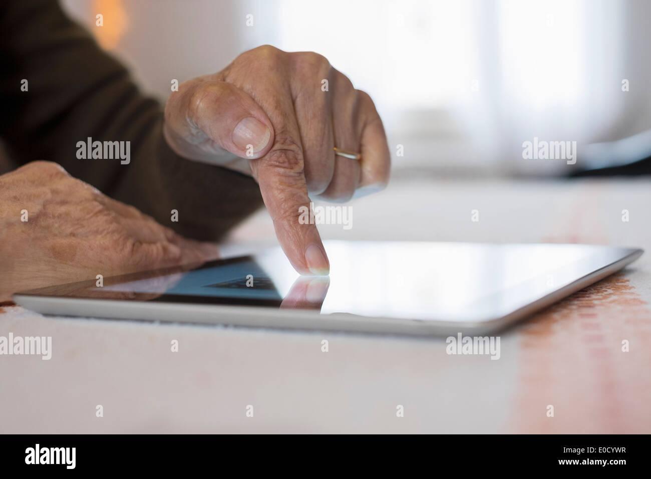 Frau Reife schreiben digital-Tablette drinnen closeup Stockbild