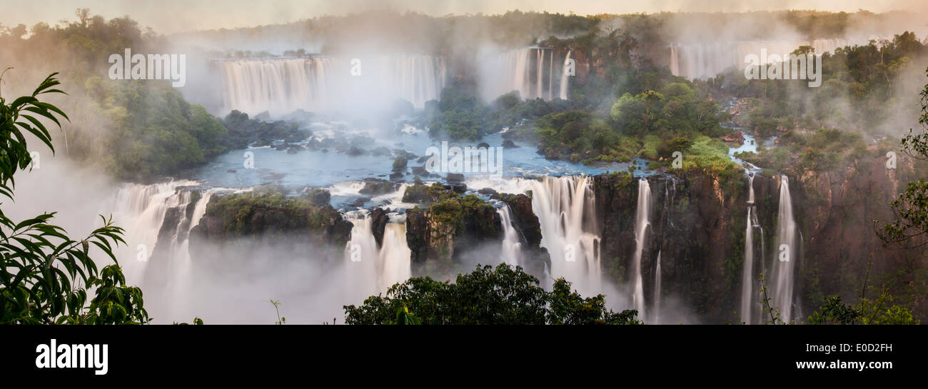 Früh morgens in die Iguasu Wasserfälle, fotografiert von brasilianischer Seite, Bundesstaat Parana, Brasilien Stockbild