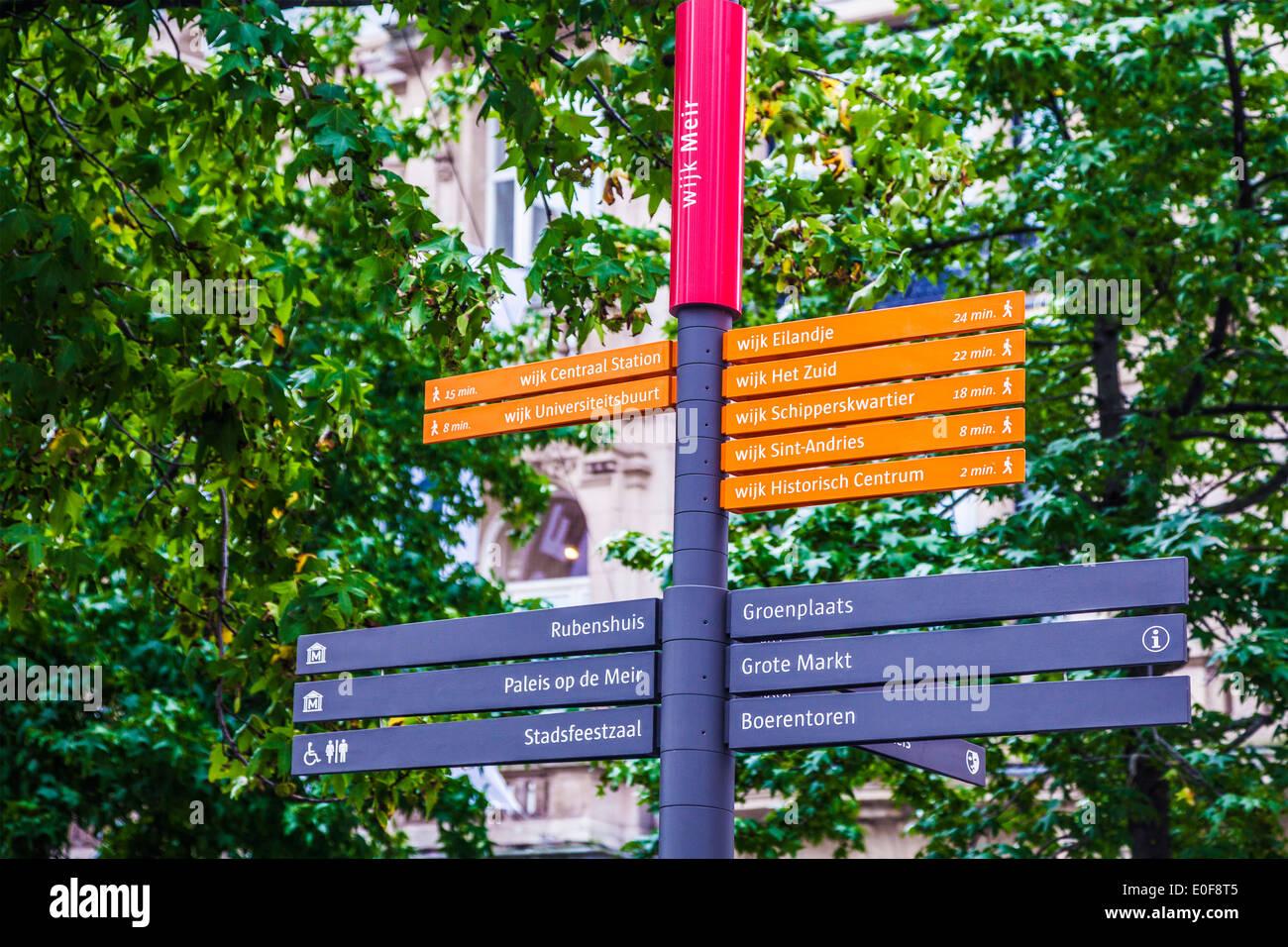 Wegweiser zeigen Richtungen und gehen mal zu verschiedenen Sehenswürdigkeiten in Antwerpen, Belgien. Stockbild