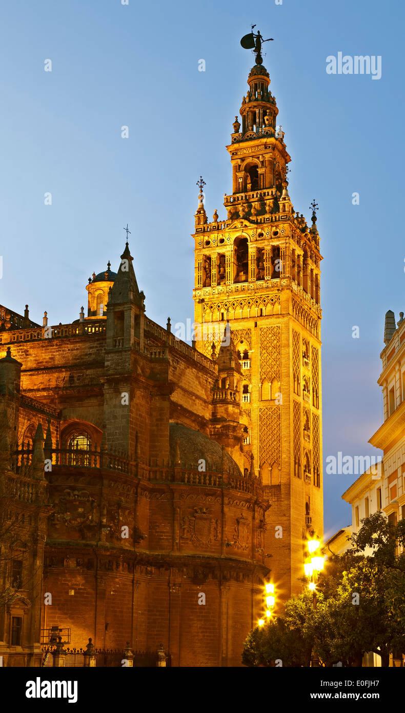 La Giralda Turm bei Dämmerung, Sevilla, Spanien Stockbild