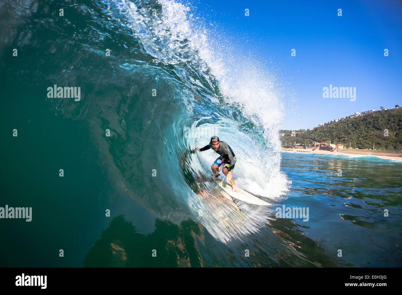 Surfen Surfer Tube Fahrten hohlen blau Absturz Ozeanwelle Actionfoto Wasser schwimmen. Stockbild
