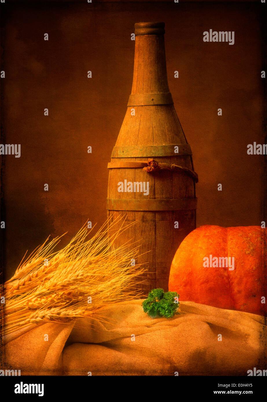 Rustikale Stillleben mit Essen und trinken mit Weizen, Kürbis und Holzfass-Flasche Stockbild