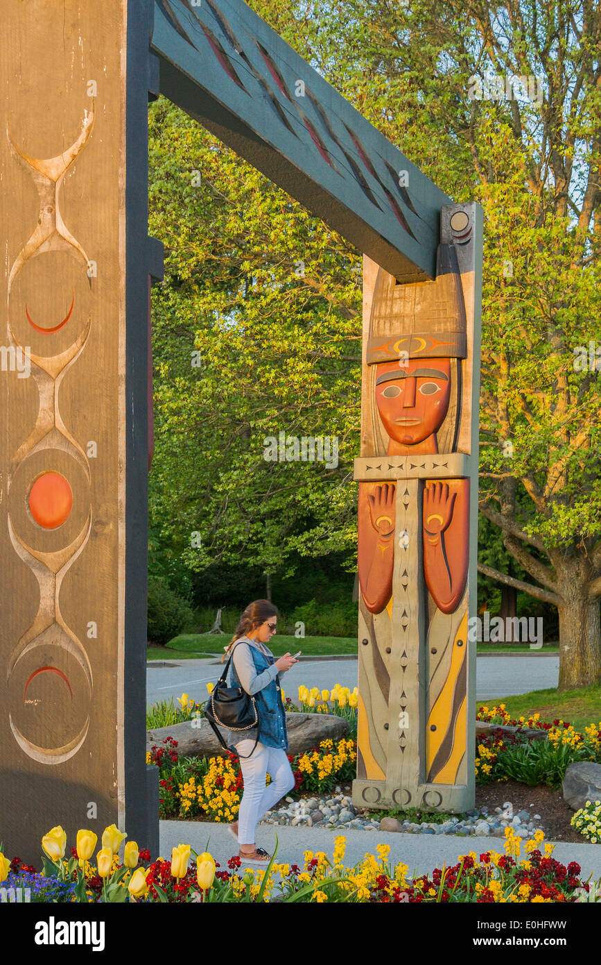 Geschnitzte Küsten-Salish Totem Portal, Stanley Park, Vancouver, Britisch-Kolumbien, Kanada Stockbild