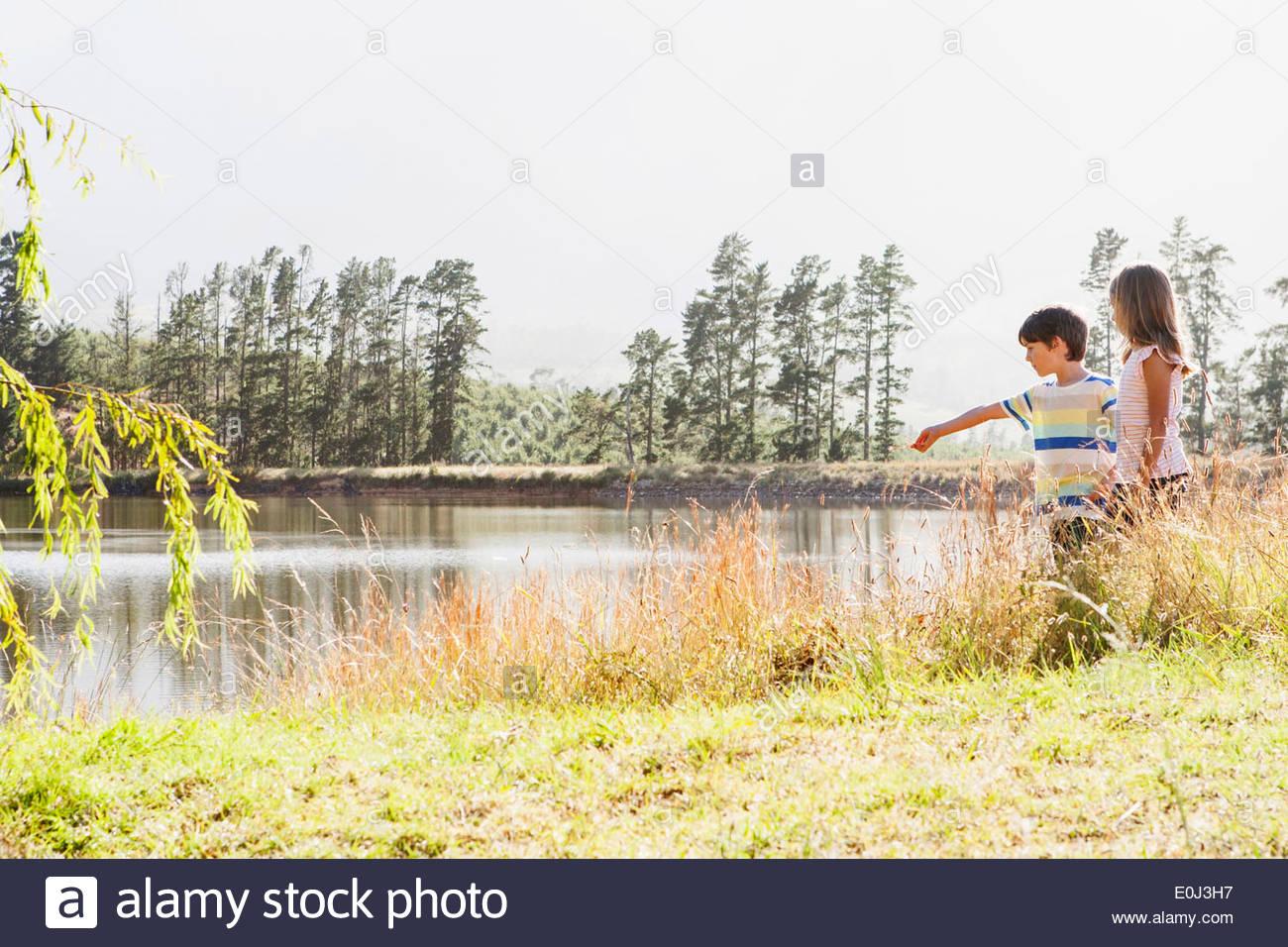 Kinder, die von Seite des Sees zu erkunden Stockbild