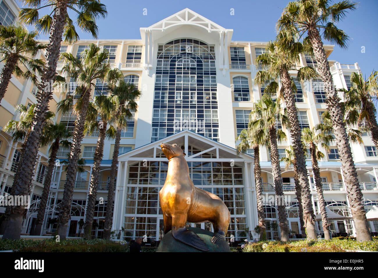 Statue von Oscar der Dichtung außerhalb das Table Bay Hotel, Victoria & Alfred Waterfront, Cape Town, Western Stockbild