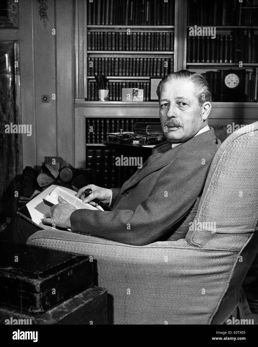Premierminister Harold Macmillan liest in Sussex nach Hause Stockbild