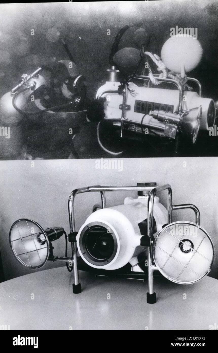 Sept. 09, 1971 - Unterwasser Farbkamera TV. Ein Froschmann testet eine neue kompakte Farbe Japan hergestellten TV Stockbild