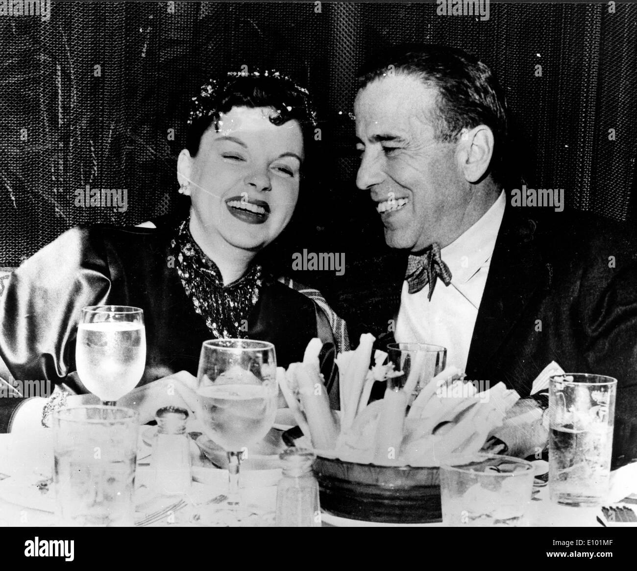 Schauspieler Judy Garland und Humphrey Bogart Essen zusammen Stockbild