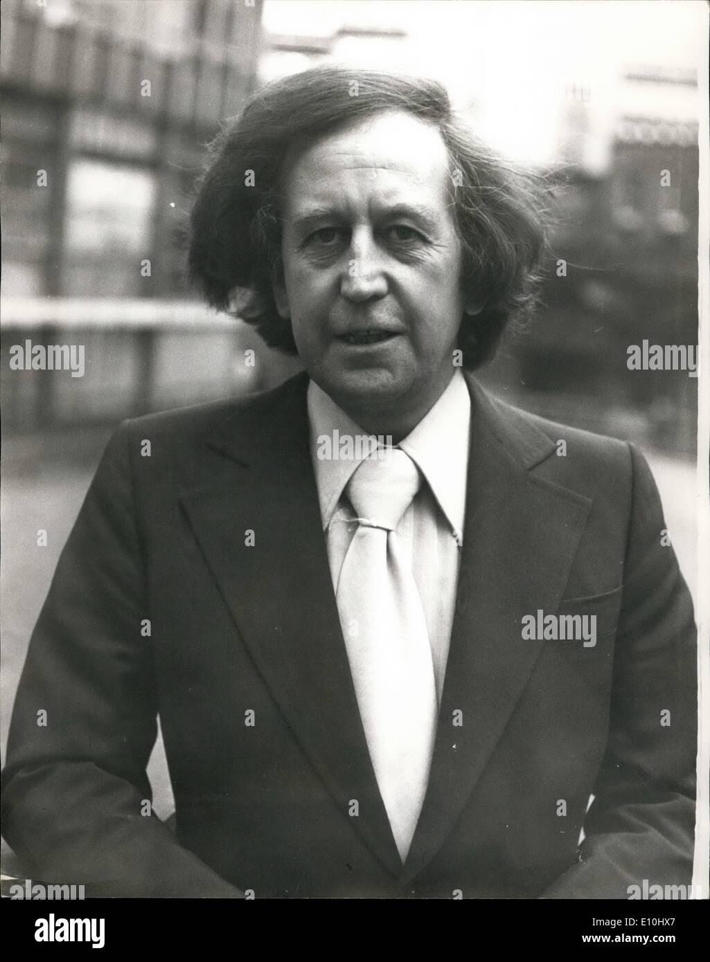 12. Dezember 1972 - zwei Männer beschuldigt der Erpressung Paul Raymond: zwei Männer erschienen im Old Stockbild
