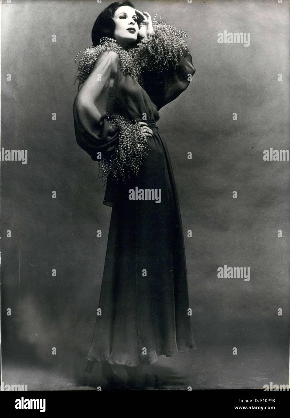 3. Oktober 1973 - ist dieser lange, graue chiffon Abendkleid, verziert mit südafrikanischen Straußenfedern Stockbild
