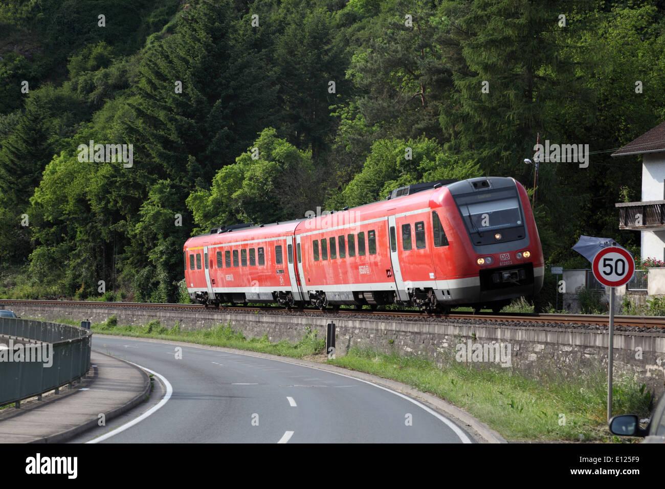 Deutschen s-Bahn in einer Kurve kippen Stockfoto