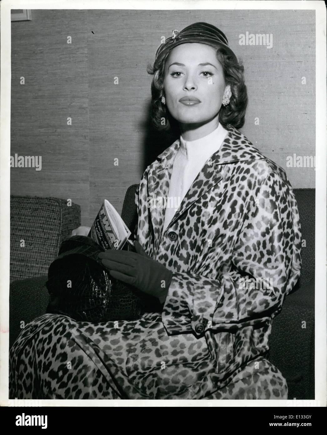 26. Februar 2012 - glamouröse Bela Darvi, der Filme, wird angezeigt, bevor sie einen TWA-Flug nach Los Angeles, Stockbild