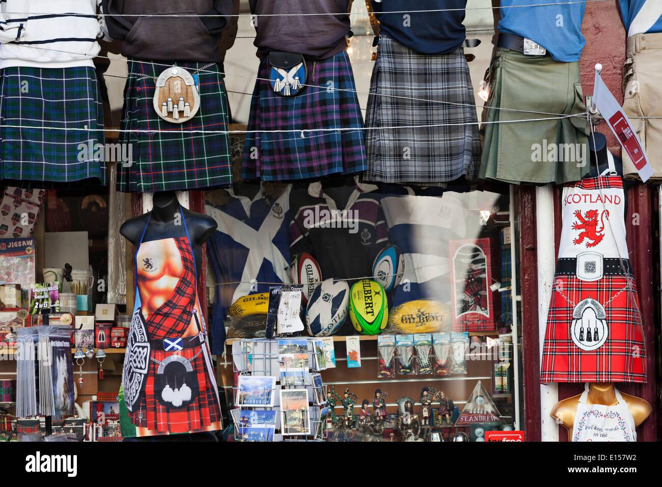 Kilt und Tartan außerhalb einer schottischen Souvenir-Shop auf der Royal Mile, Edinburgh Stockbild