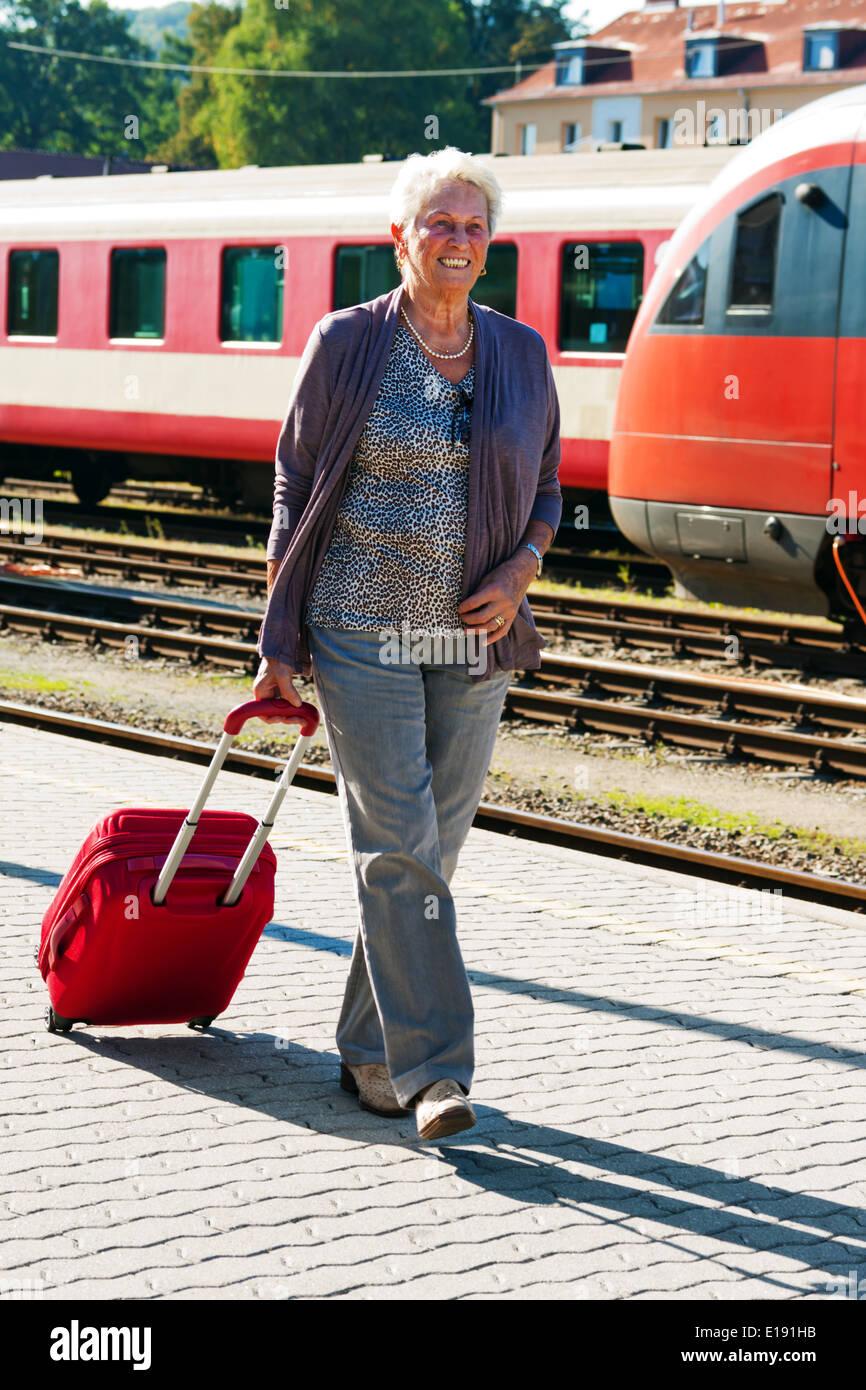 ?lteres Vitales Senioren Paar bin Bahnhof. Reisen in Den Urlaub Stockbild