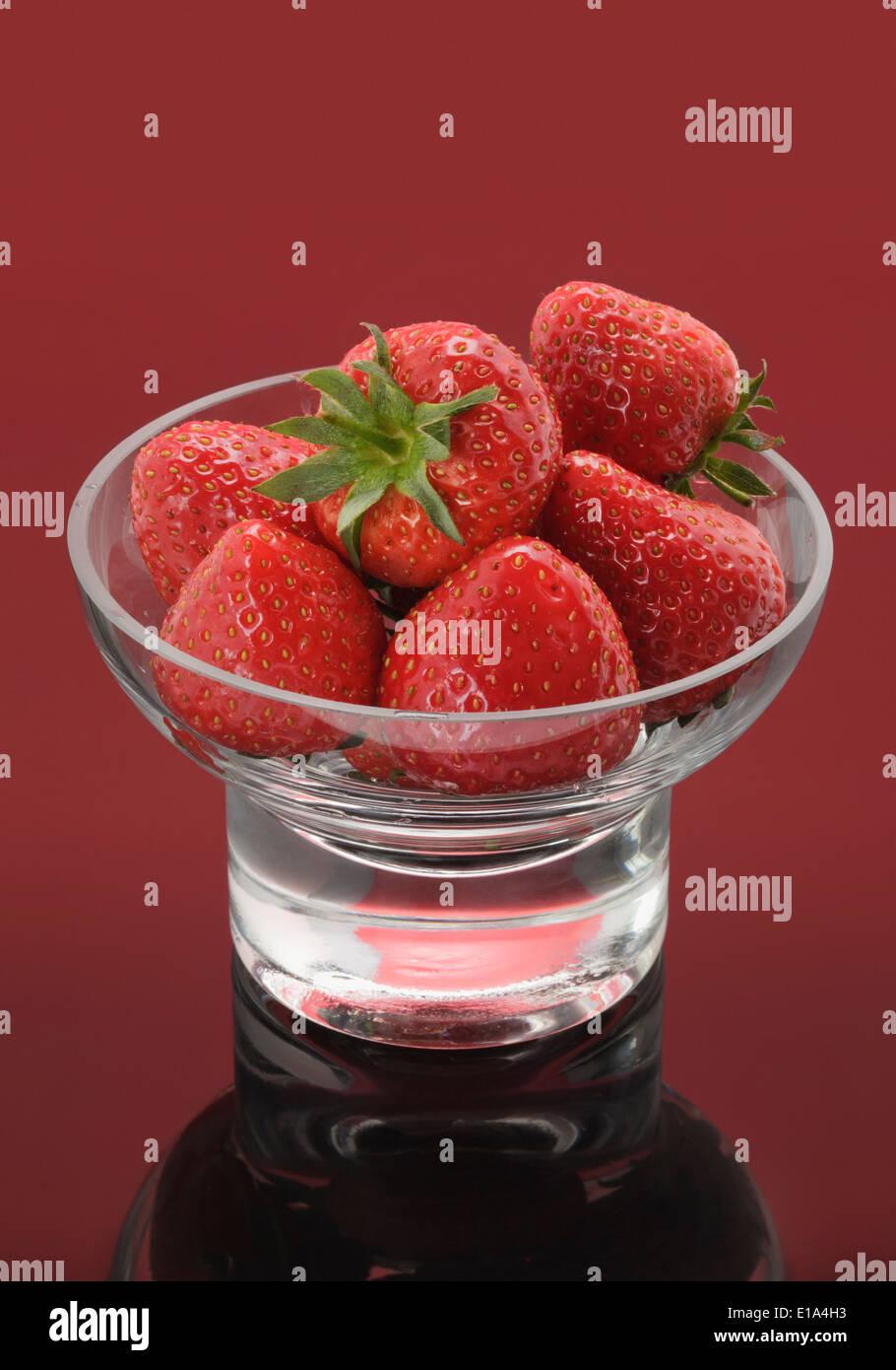 Glasschale mit frischen Erdbeeren Stockbild