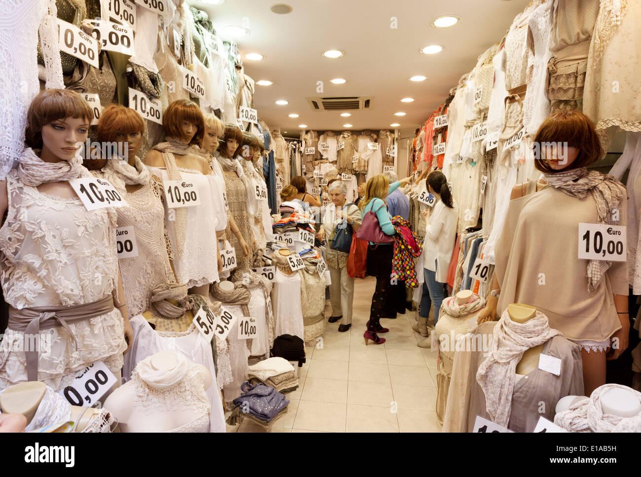 Frauen in eine billige Spitze Bekleidungsgeschäft einkaufen Rom Italien Europa Stockbild