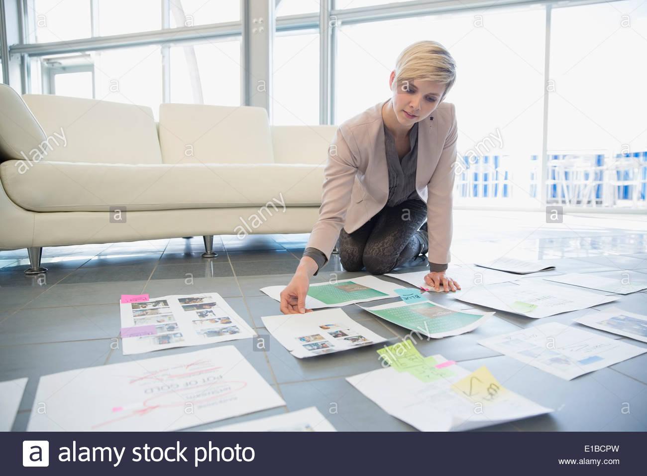 Kreative Geschäftsfrau, die Überprüfung der Nachweise im Amt Stockbild