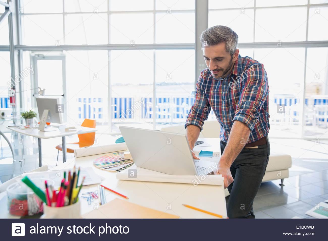 Kreative Geschäftsmann am Laptop im Büro Stockbild