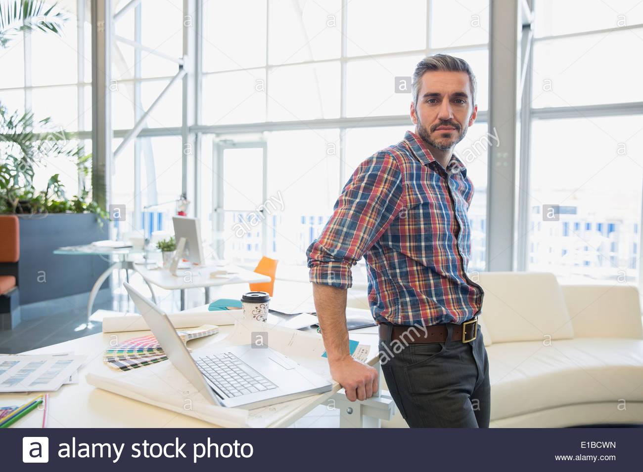 Porträt von kreativen Geschäftsmann im Büro Stockbild