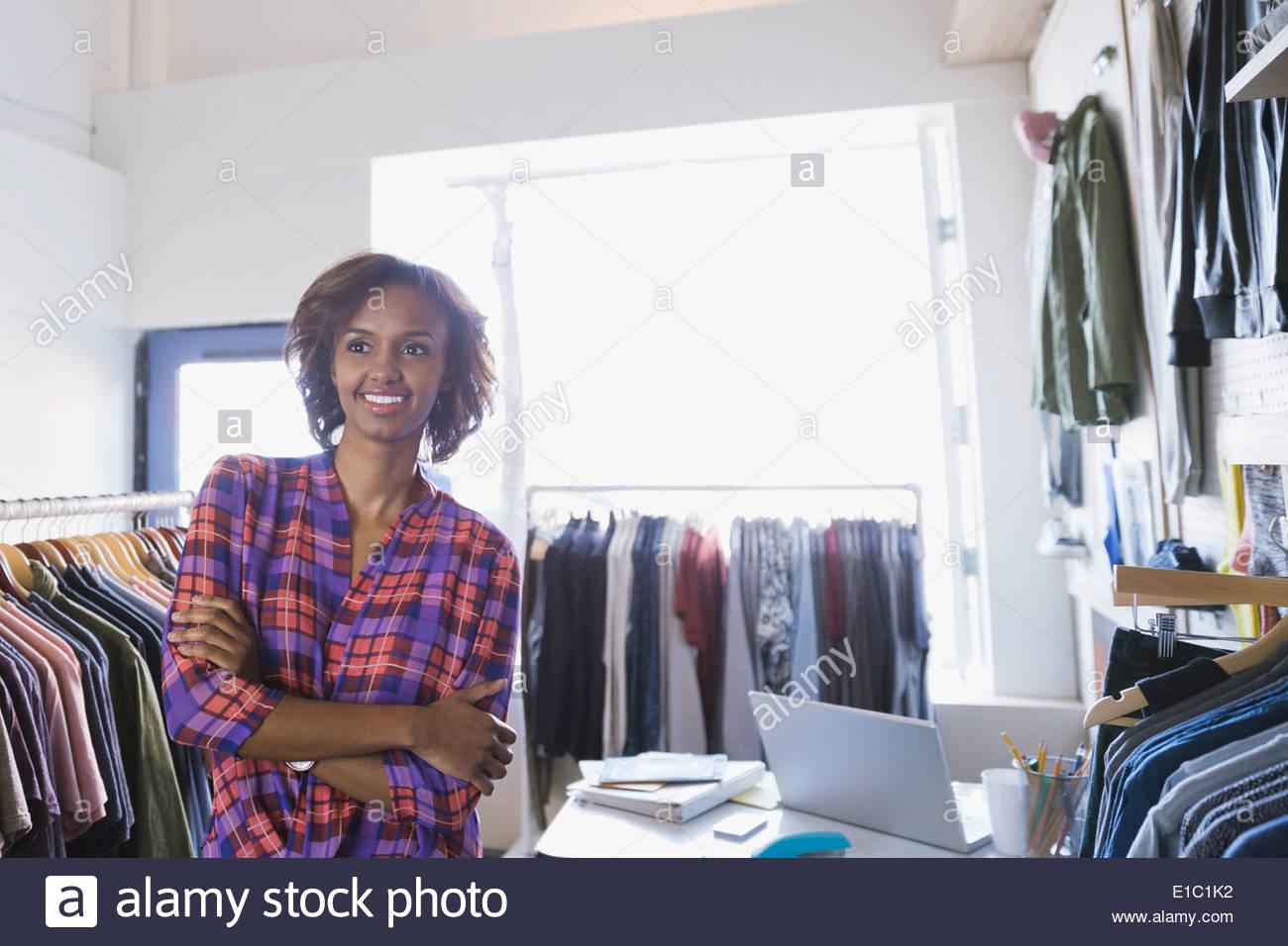 Zuversichtlich Geschäftsinhaber in Bekleidungsgeschäft Stockbild