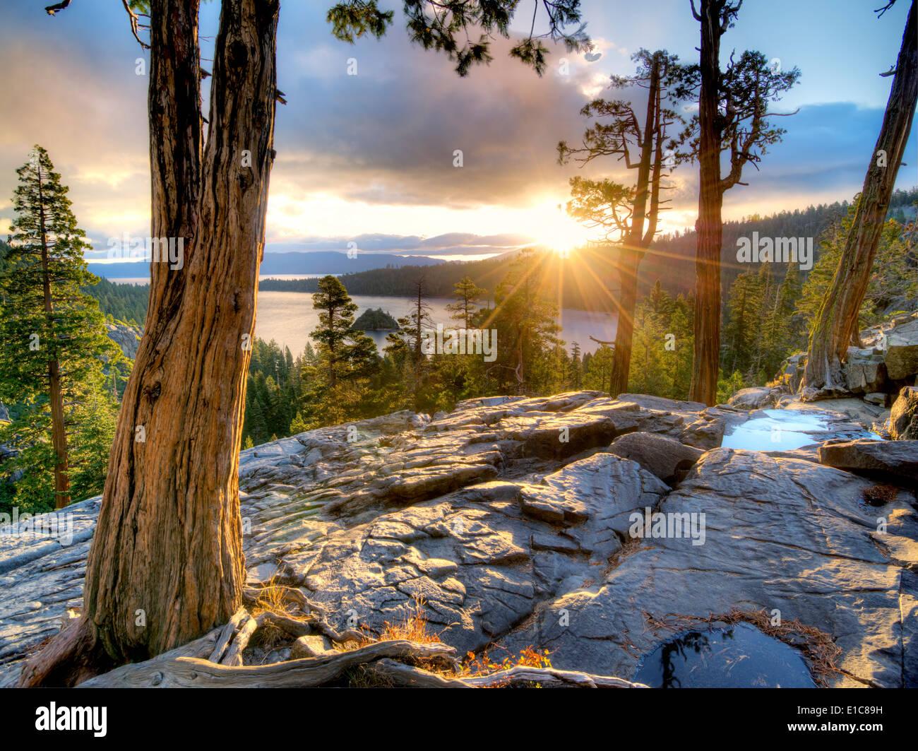 Sonnenaufgang über Emerald Bay mit Eagle Creek und Fannette Island, Lake Tahoe, Kalifornien. Stockbild