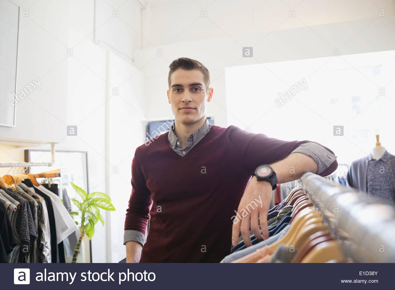 Porträt von Geschäftsinhaber in Bekleidungsgeschäft Stockbild