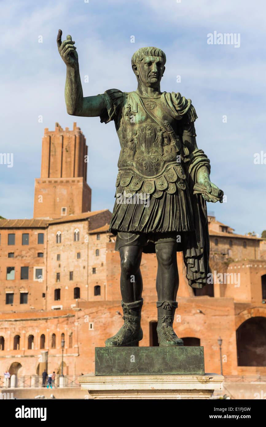 Rom, Italien. Statue des Kaisers Trajan mit Trajan Forum hinter. Stockbild