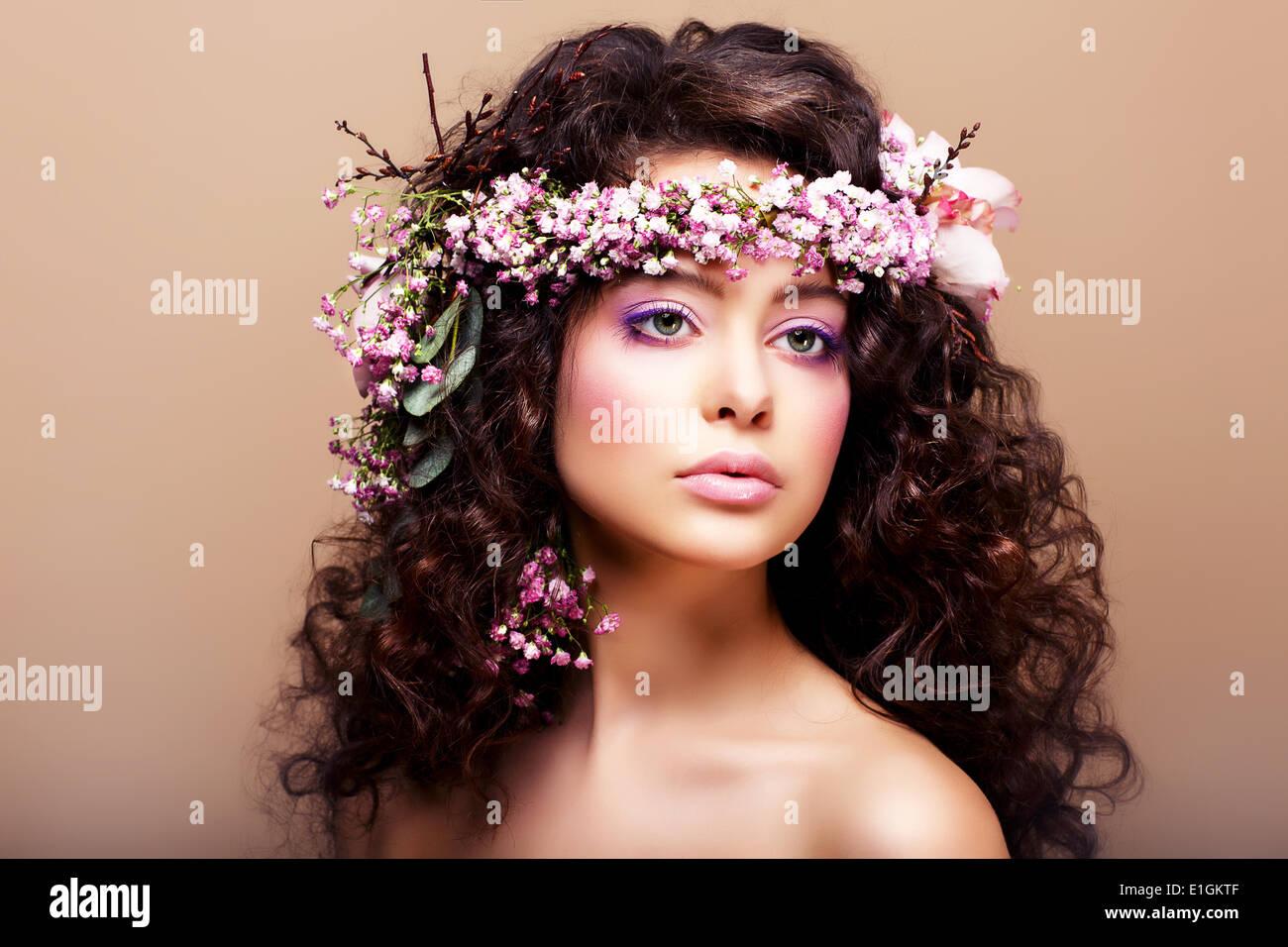 Üppige. Weiblichkeit. Mode-Modell mit klassischen Kranz aus Blumen Stockbild
