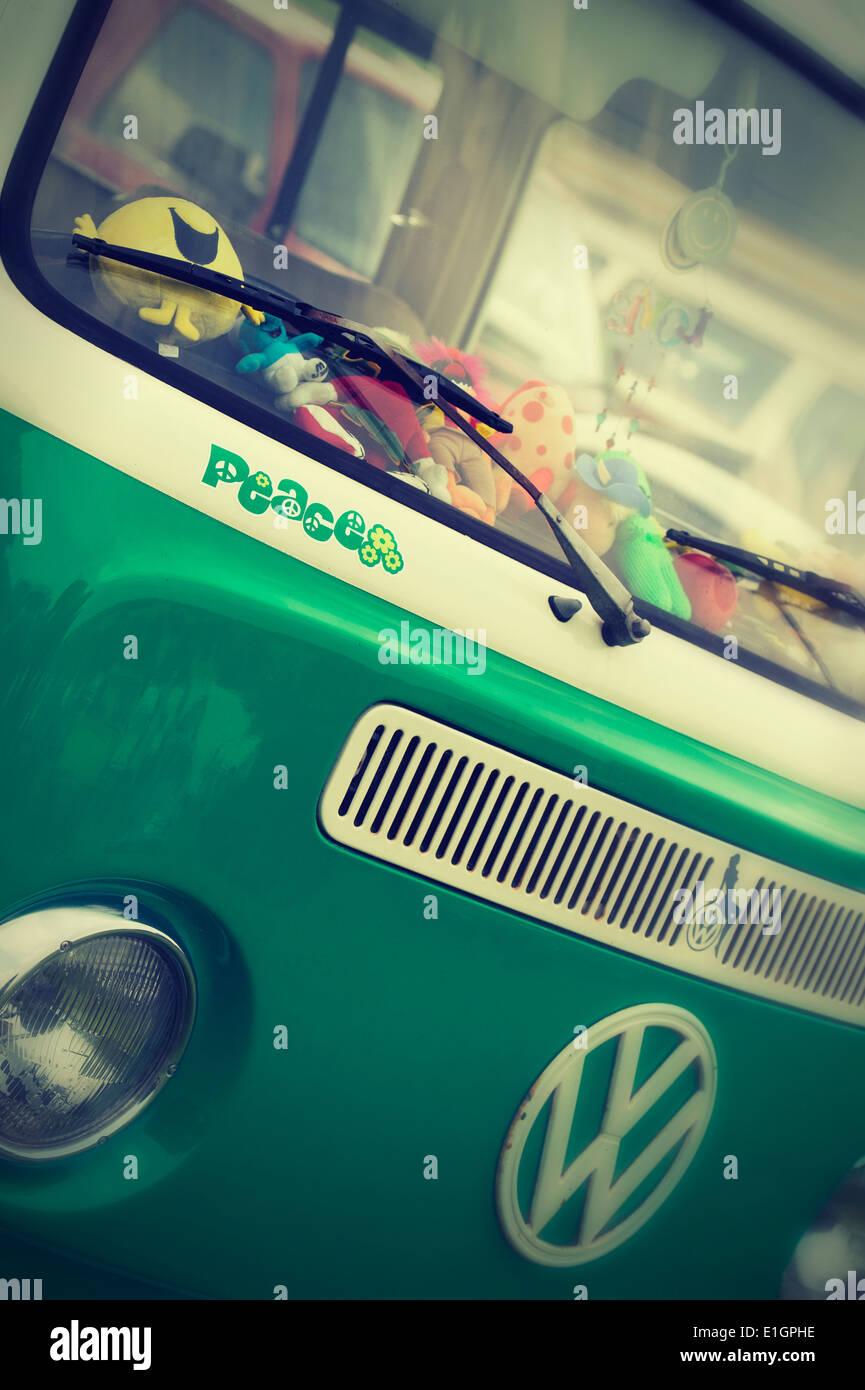 Frieden-Aufkleber auf der Vorderseite des VW Wohnmobil mit nostalgischen Filter hinzugefügt Stockbild