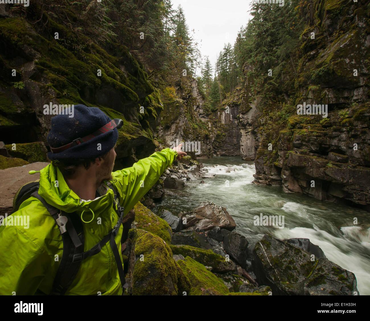 Wanderer weist Klippen, Coquihalla Canyon provincial Park und Othello Tunnels, Trans-Canada-Trail, Hope, Britisch Stockbild