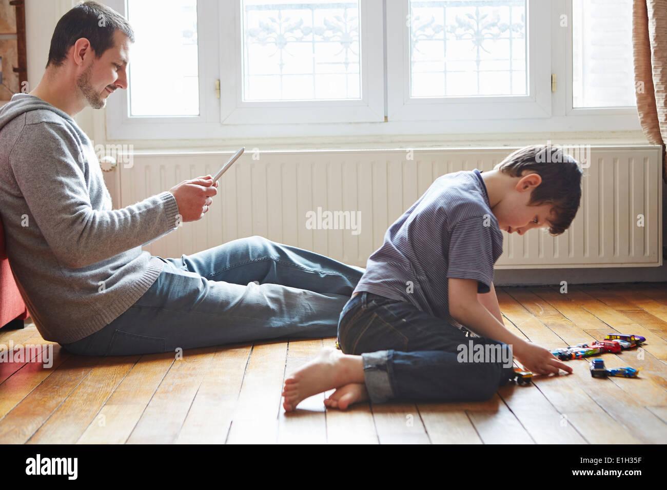 Vater und Sohn verbringen Zeit im Wohnzimmer Stockbild