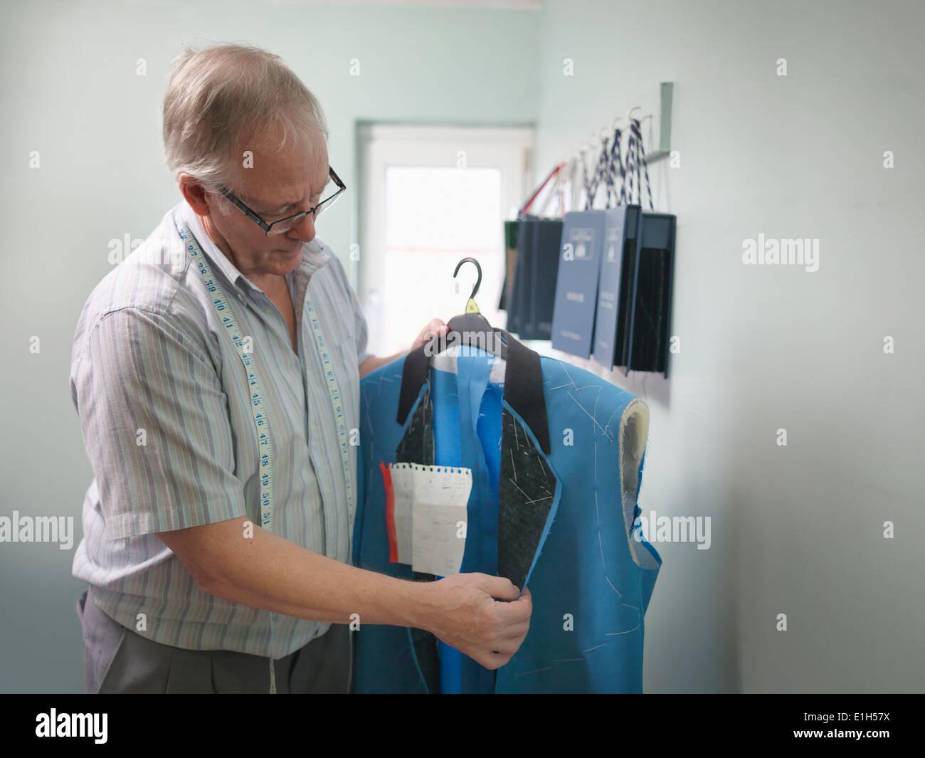 Kontrollierenden Kleidung in Schneiderei Fabrik Schneider Stockbild