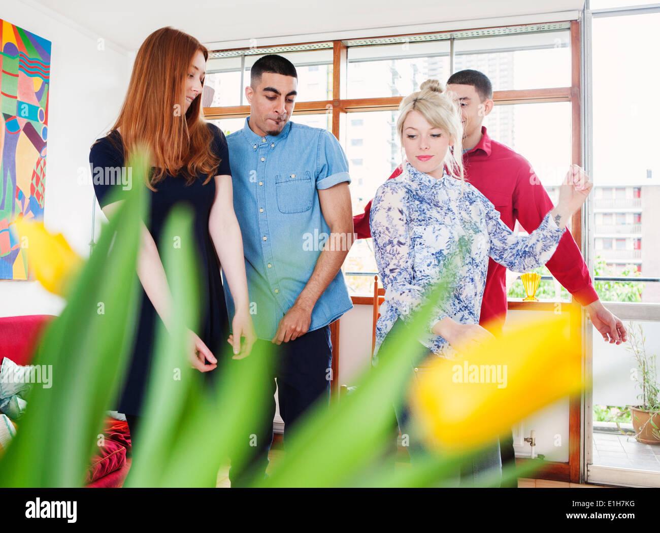 Junge Erwachsene im Wohnzimmer Stockbild