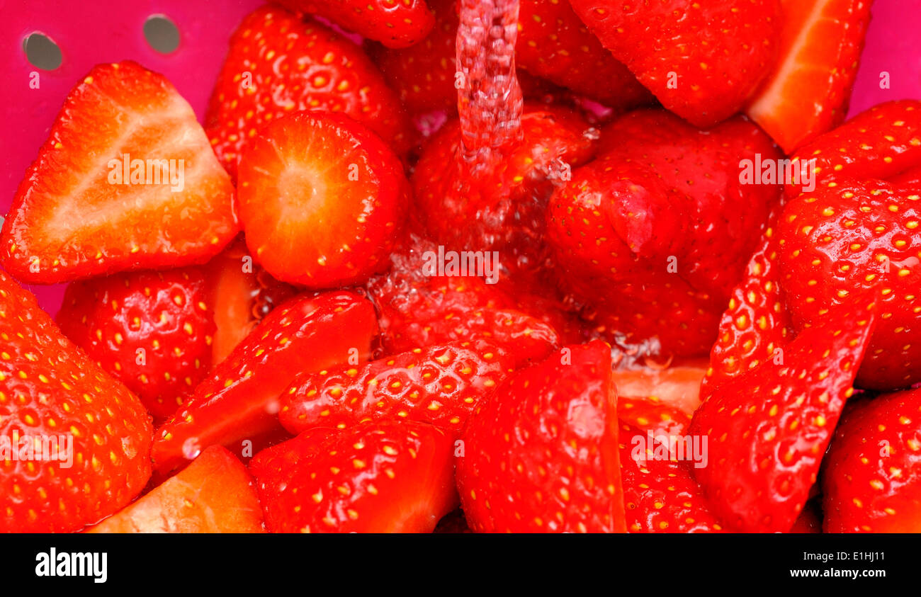 Eine Nahaufnahme von Erdbeeren gewaschen Stockbild