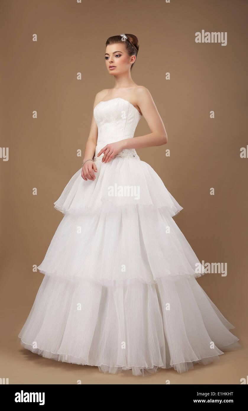 Eleganz. Junge Dame in lange klassische Brautkleid Stockbild