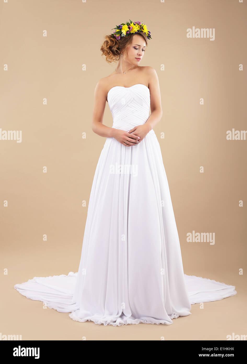 Die Einfachheit. Minimalismus. Authentische Frau mit Wildblumen im klassischen Kleid Stockbild