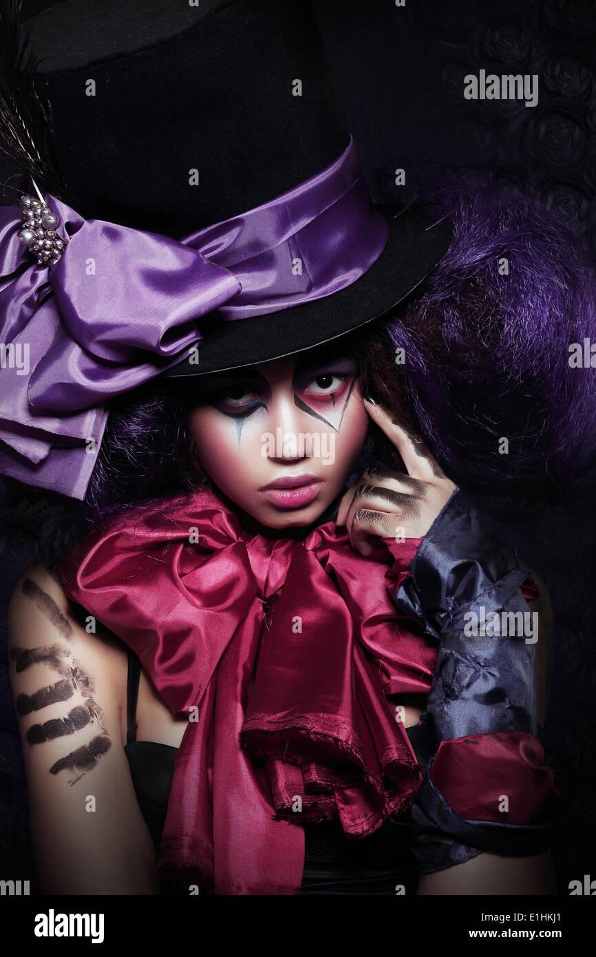 Theater. Masquerade. Ausgefallene Künstlerisch Woman Harlekin durchführen Stockbild