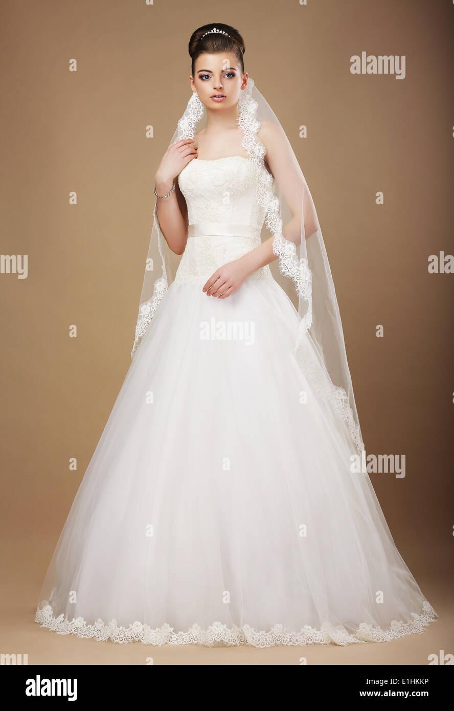 Hochzeit. Schöne anmutige Braut im weißen Kleid und Viel Stockbild
