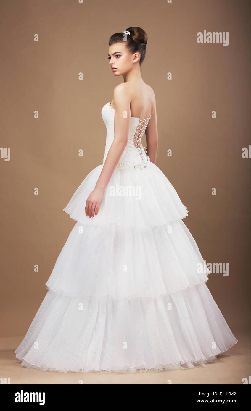 Eleganz. Junge Braut im langen klassischen Brautkleid Stockbild