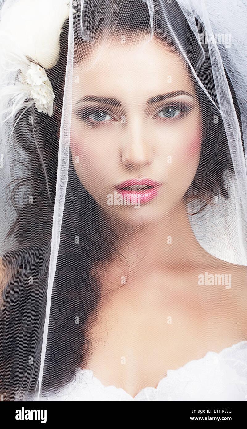 Delikatesse. Kaukasische Frau versteckt hinter traditionellen Brautschleier Stockbild