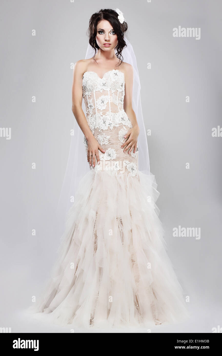Vermählung. Echt wunderschöne Braut im langen weißen Brautkleid. Hochzeit-Stil Stockbild