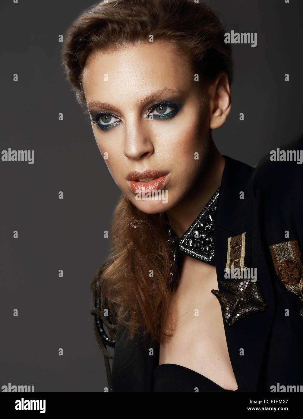 Zu Ehren. Porträt von Edel Frau in Militäruniform mit Broschen Stockbild