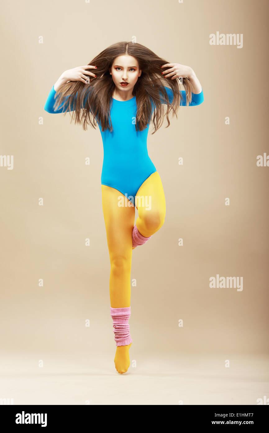 Aerobics. Gymnastik. Formschöne Frau in Sportswear und wollene Gamaschen. Vitalität Stockbild