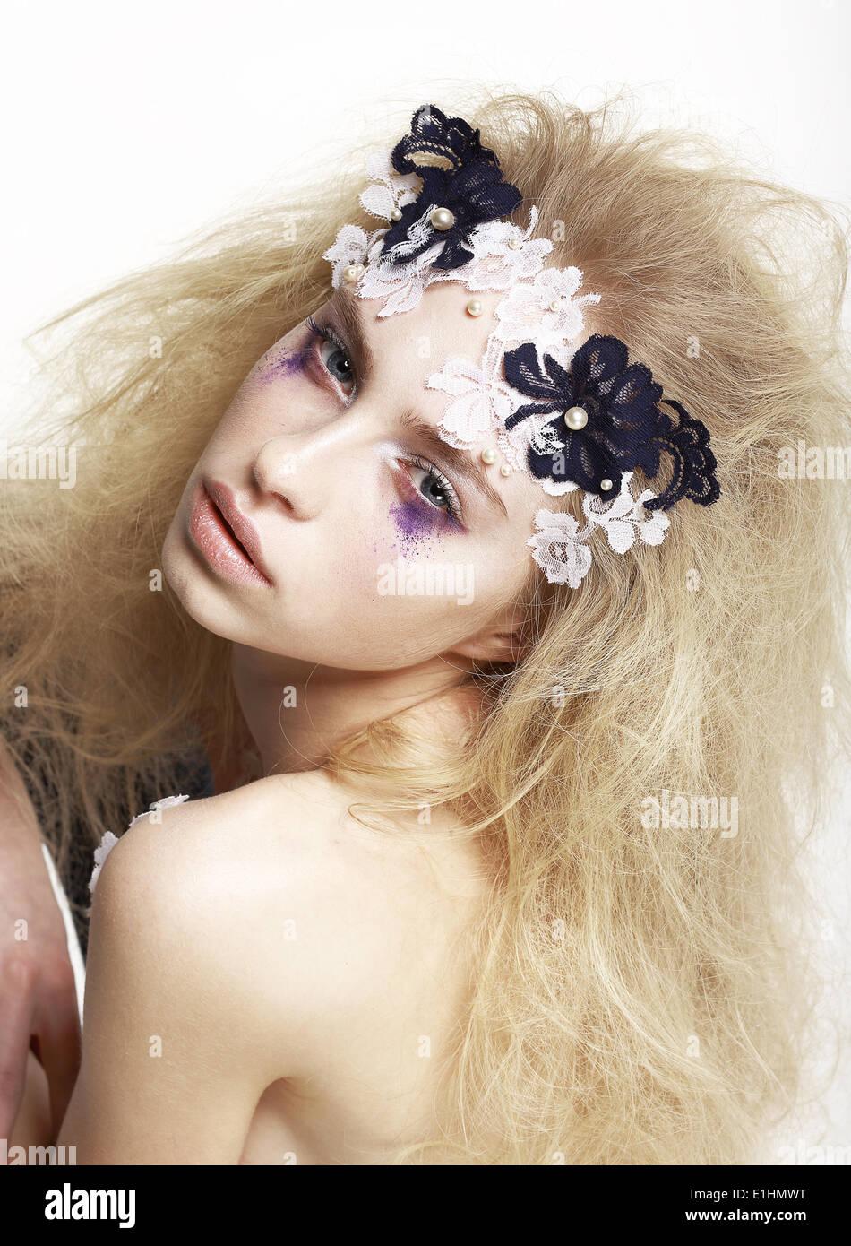 Emotionale kaukasischen Frau mit hellen futuristische Maske und Make-up. Kreative Faceart Stockbild