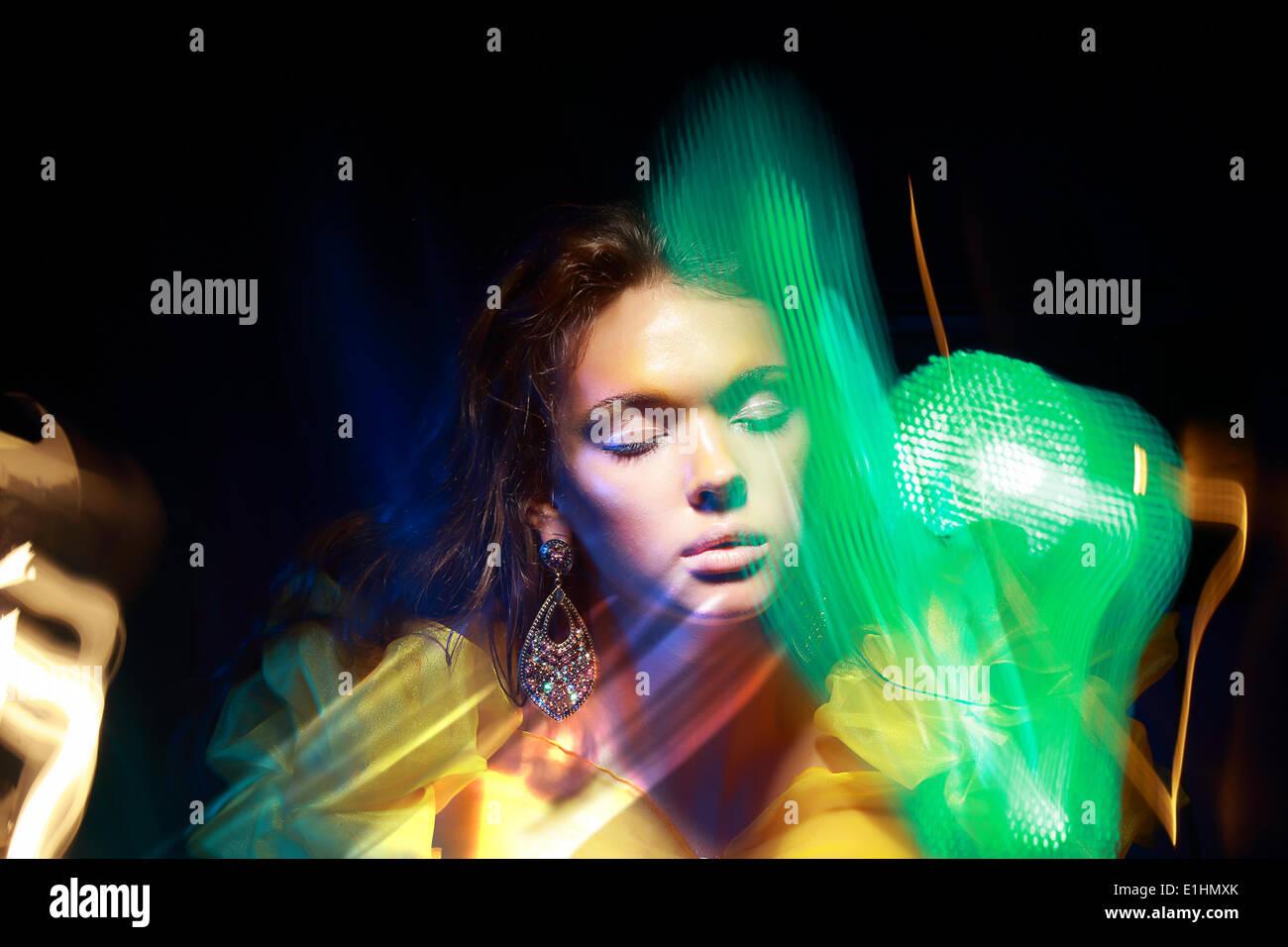 Flattern. Gesicht der Frau im unscharfen bunte Lichter. Eine Metamorphose Stockbild