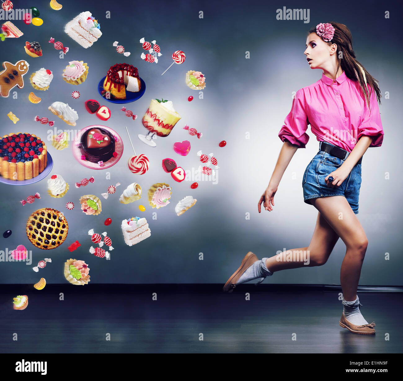 Zu entkommen. Resolute läuft Frau weigert sich, Essen, leckere Kuchen und Schokolade. Diät-Konzept Stockbild